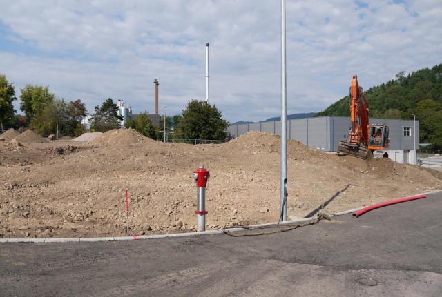 Zwischen September und November 2016 wird das Gelände mit großen Baggern modelliert. Es entstehen Hügel und Wege, alles aus Kies undSChotter.