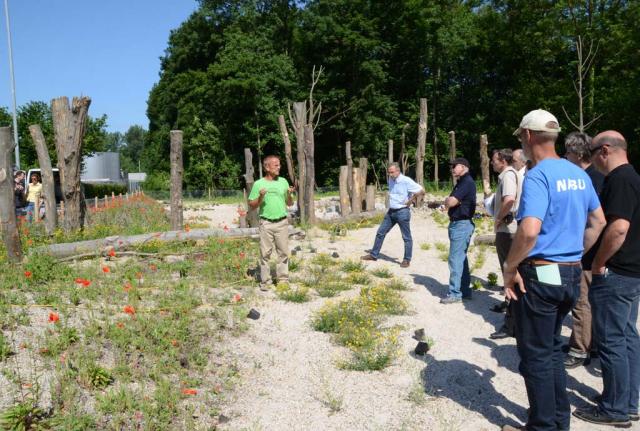 Aktionstag mit Azubis und Mitarbeitern vom Rastatter und Gaggenauer Werk. Reinhard Witt erklärt, was zu tun ist. Zunächst einmal sollen die Wildstauden eingepflanzt werden, die übers Gelände verteilt liegen.