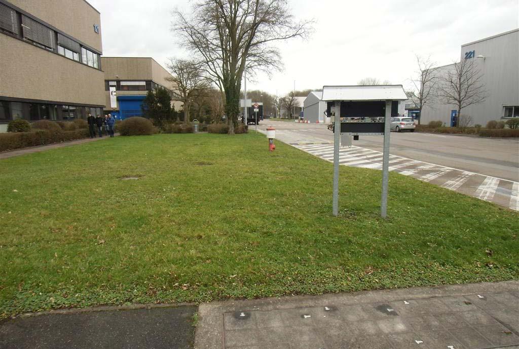 Vorher: Blick auf eine grüne Rasenfläche. Der Umweltbeauftragte Ralf Gensicke fand sehr schnell viele Flächen im Werk. Doch  ging es nur nach und nach. Hier wird die Burri-Methode angewendet werden