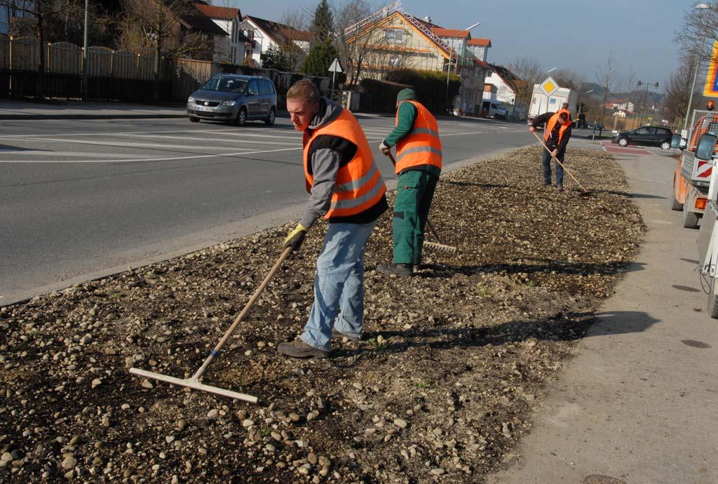 Neu angelegte Fläche an der Münchner Strasse in Ebersberg. Der Bauhof recht das Saatgut ein