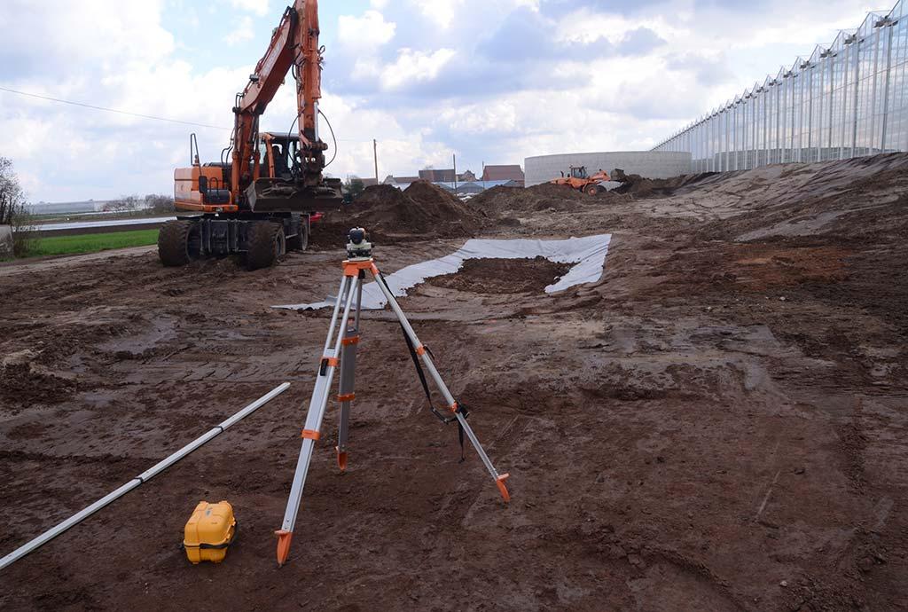 Ein Bagger modelliert gerade ein Becken. Auf der Nordseite entstehen Regenwasserversickerungsmulden sowie temporäre Teiche