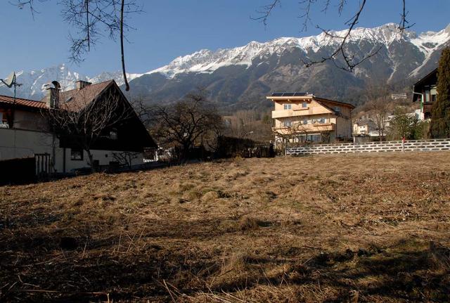 Vorher: Grasbewachsener steiler Hang. Traumhafte Lage auf der Südseite des Karwendelgebirge , aber fast kein Platz und 5 Meter Höhenunterschied