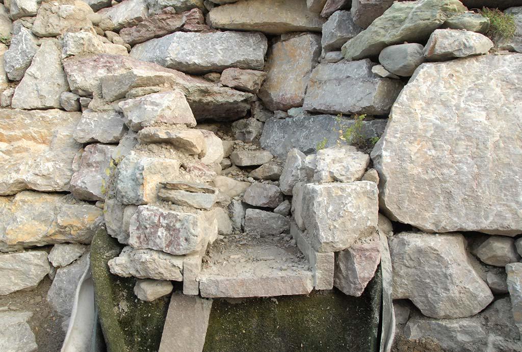 Baudetail des Bachlaufes. An dieser Stelle soll der Bachlauf aus einer Mauertreppe herausströmen. Alles vorbereitet, nur noch die Verbauung unterhalb fehlt