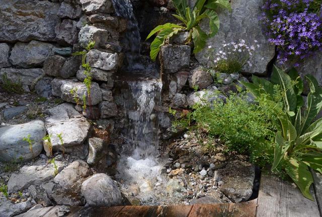 Ein herrlich strömender, glitzernder Wasserfall springt aus dem Bachlauf aus der Mauer. So schnell geht es, wenn man die Zeit dazwischen wegbeamt