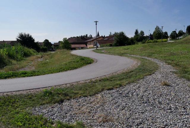 Vorher: Ein trostloser Straßenrand in Fridolfing, grasgrün und artenarm