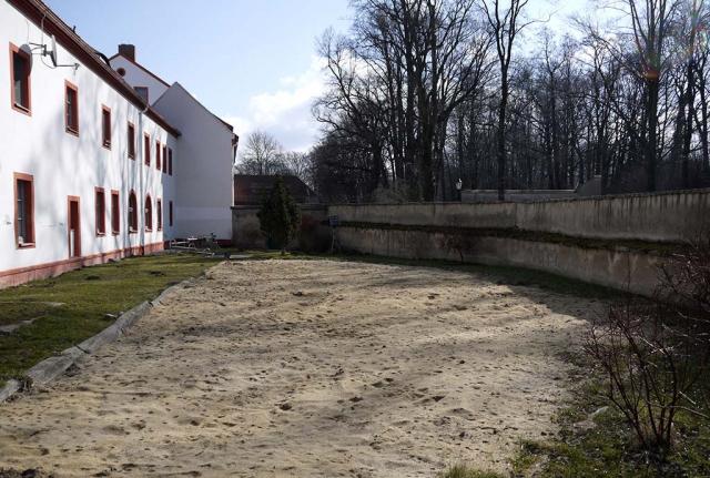 Marienstern Bestand suedost 2015, Hier liegt neben Rasenflächen eine große Sandfläche vor der Klostermauer
