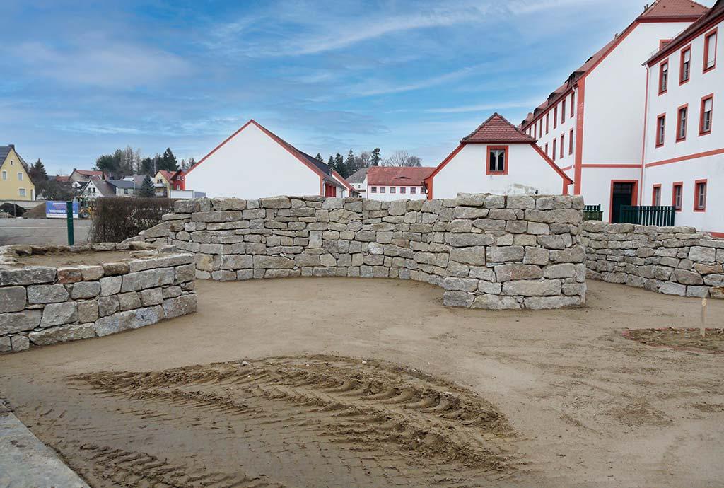 Im Maerz 2016 umgeben sehr schöne Kalkstein-Trockenmauern einen Platz