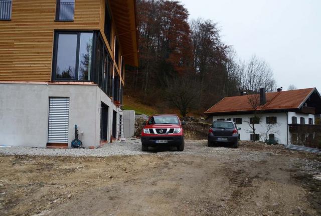 Der Alpengarten vorher. Wo jetzt noch Autos stehen, wird demnaechst ein Schwimmteich baden gehen
