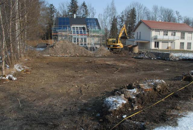Vorher: Bagger  hat Flächen vom unteren Teil des Grundstückes komplett abgezogen. Der unkrauthaltige Oberboden wird großflächig entfernt und (leider) weggefahren. Der unkrautfreie Unterboden bleibt vor Ort. Den brauchen wir dringend
