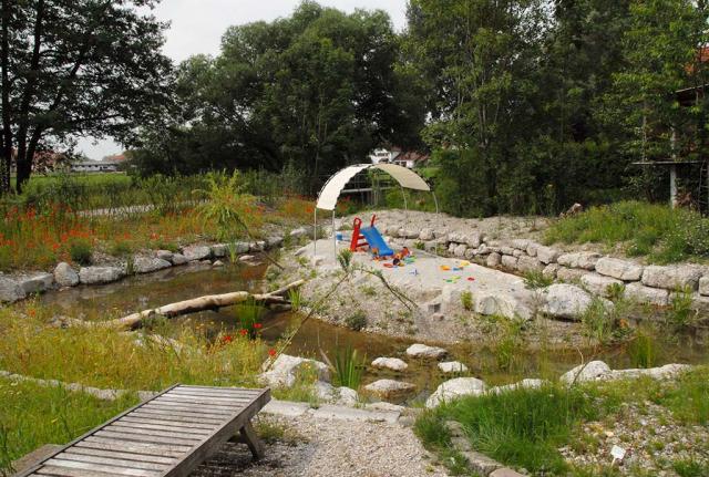 Der Bachlauf umfließt eine Sandinsel, der Spielplatz der Kinder