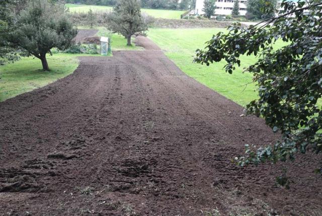 Pill Herbst 2017: neue Flächen vorbereitet zur Ansaat. In der rechten Hälfte des Streifens wird eine mehrreihige Wildsträucherhecke entstehen