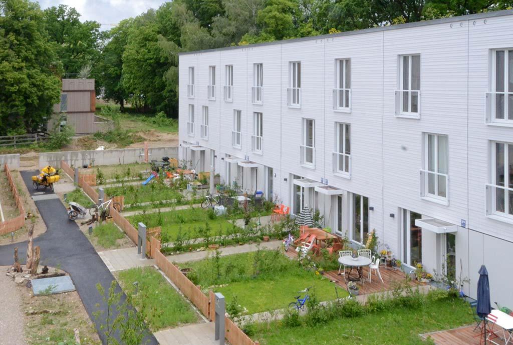 Blick von oben. Die öffentlichen und die privaten Gärten sind hier durch einen Zaun getrennt. Die naturnahe Bepflanzung überwindet jedoch Grenzen und findet in beidem statt.