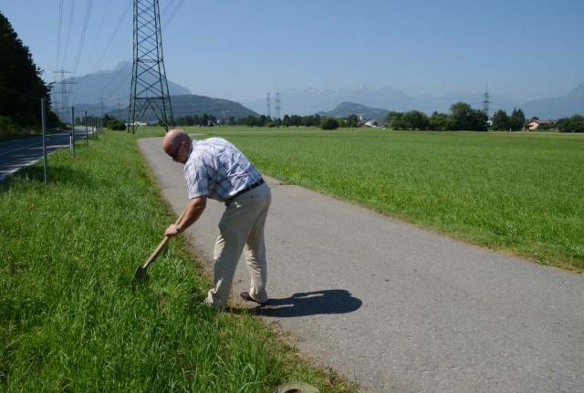 Man sieht grüne Wiesen soweit man gucken kann, Fritz Hilgenstock, Mitplaner, nimmt eine Spatenprobe an der Böschung. In diese Talwiesen mit nährstoffreichen Böden sollen die zunächst acht Hektar Gewerbegebiet gebaut werden.