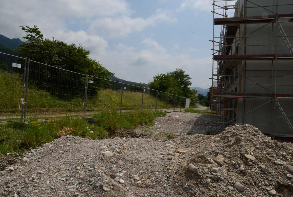 Das Gelände der Firma Skywalk liegt direkt hinter dem Alpenfluß Tiroler Achen. Man sieht den vor Ort anstehenden Kies rings ums Gebäude
