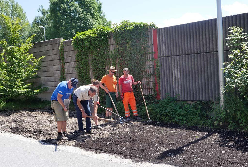 Einhacken von Kompost in Kies. Vorbereiten der Ansaaten mit den Bauhöflern verschiedener Gemeinden  in Kirchbichl.