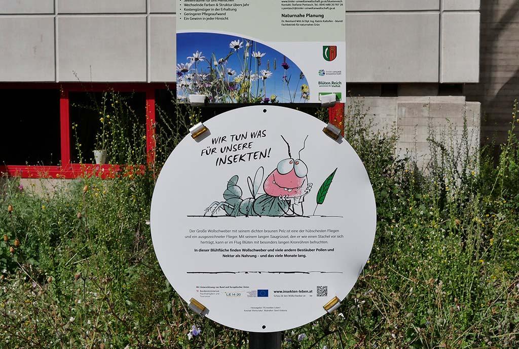 Schild von Tirol blütenreich. Das Bauhoftraining ist ein voller Erfolg. Für mehr Biodiversität im öffentlichen Grün. Für den Artenschutz im Siedlungsbereich.