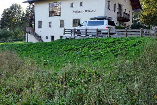 Grasgrüne Rasen und Wiesen am Seminarhof Tratzberg. Das Ambiente am Seminarhof erschien der Gräfin nicht mehr zeitgemäß. Es muss etwas geschehen