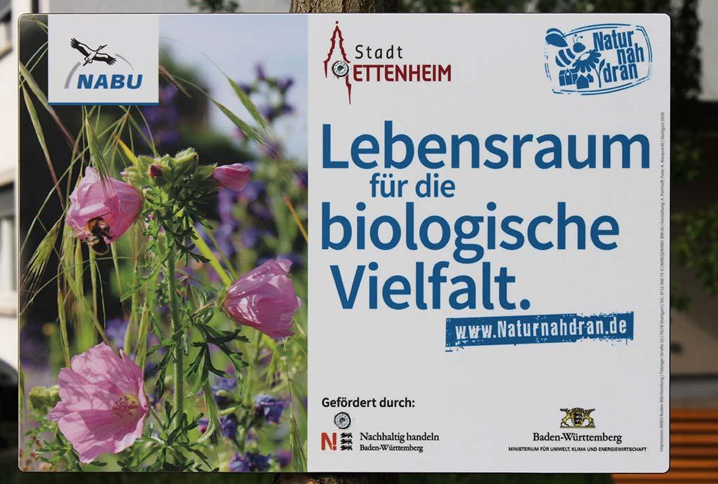 Ettenheim 2019. Der Bauhof ist hier besonders engagiert. Natur nah dran Schild. Das Konzept von Natur nah dran funktioniert
