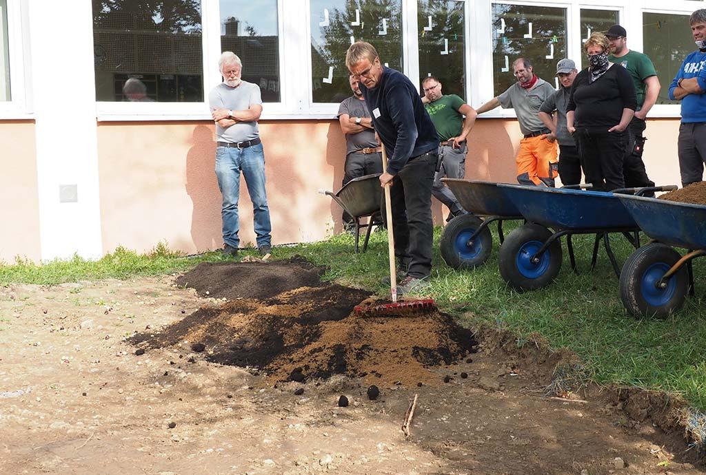 Renningen 2020. Neuanlage einer Wildblumenwiese vor dem Schulhaus. Kompost-Sandgemisch wird aufgetragen.
